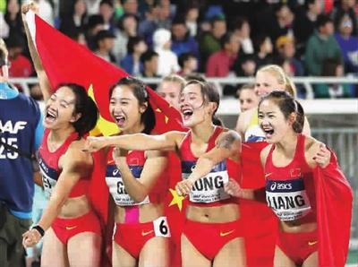 中国队选手韦永丽、葛曼棋、孔令微、梁小静(从左至右)赛后庆祝 图 新华社